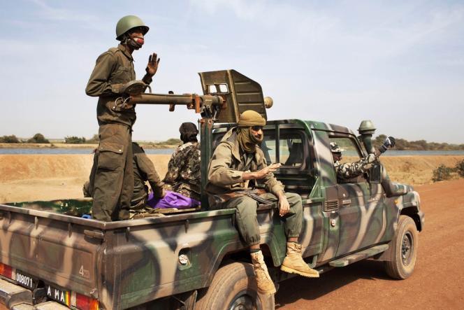 Des soldats maliens sur la route de Diabali, le 26 janvier 2013.