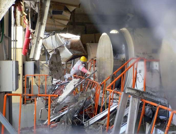 Un homme, sans protection sérieuse contre les radiations, travaille à dégager les débris sur le site sinistré de la centrale de Fukushima, quatre jours seulement après la catastrophe, survenue le 11 mars 2011.