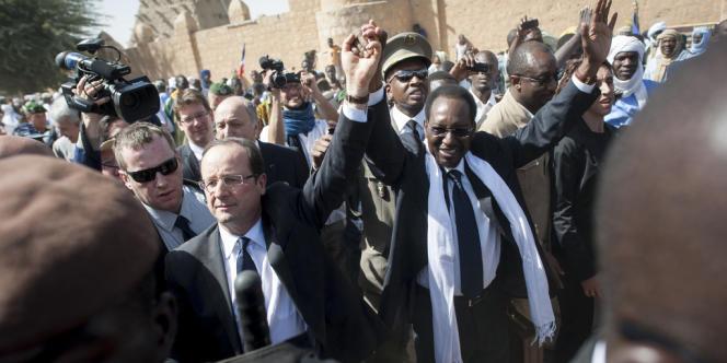 Le président François Hollande et son homologue malien Dioncounda Traoré, sur la place Sankaré, à Tombouctou, le 2 février.