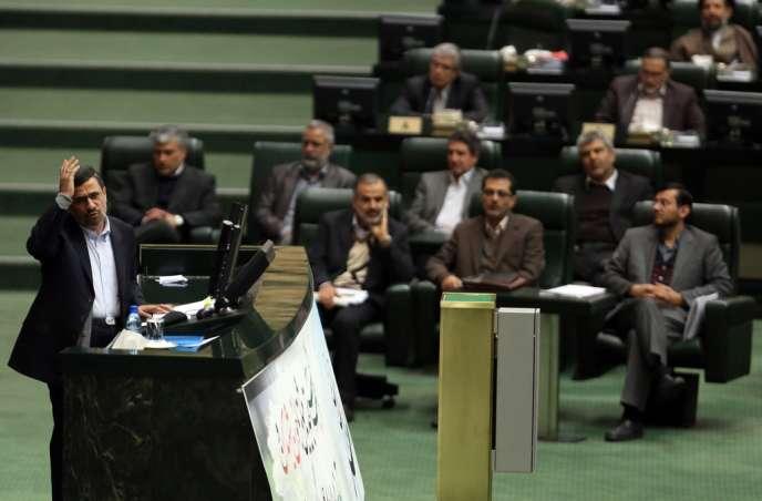 Mahmoud Ahmadinejad, lors d'un débat houleux au Parlement iranien, le 3 février 2013.