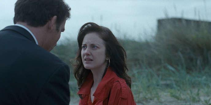 Clive Owen (de dos) et Andrea Riseborough dans le film britannique de James Marsh,