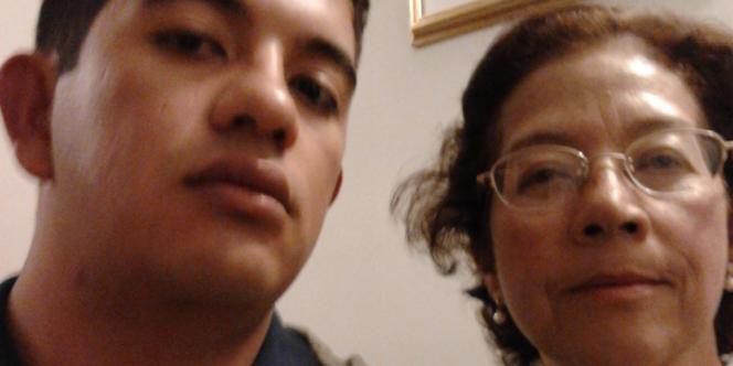 Autoportrait pour LeMonde.fr d'Hector Sebastian Aya Parra, 25 ans, qui vit avec sa mère à Bogota (Colombie).