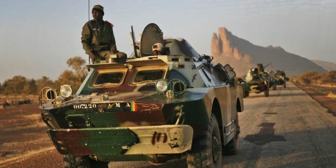 Des soldats maliens sur la route de Gao, le 4 février.