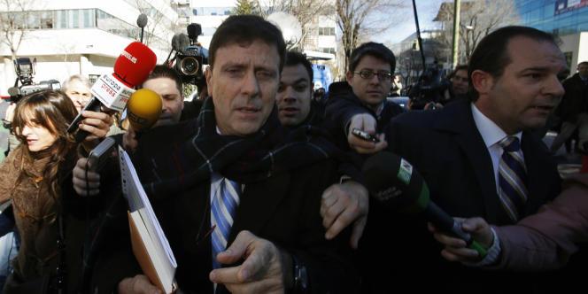 Le docteur espagnol Eufemiano Fuentes, à la sortie du tribunal pénal de Madrid, le 28 janvier, au premier jour du procès de l'opération