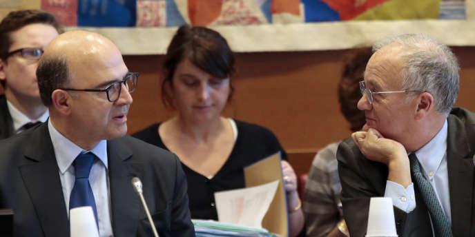 Le ministre de l'économie Pierre Moscovici et le président de la commission des finances de l'Assemblée nationale Gilles Carrez, au Palais Bourbon le 30 janvier.