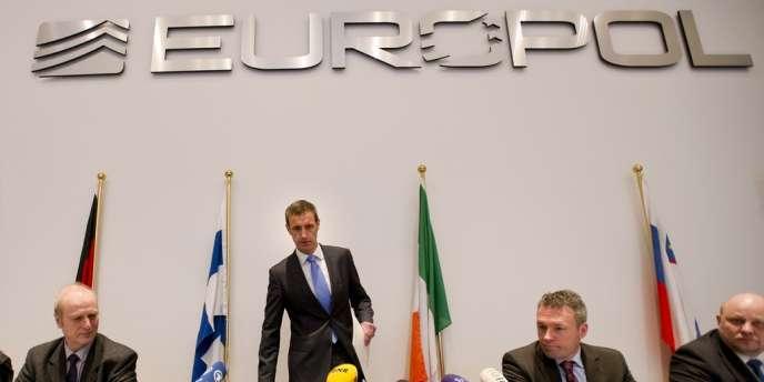 Rob Wainwright (debout), directeur d'Europol, avant le début de la conférence de presse, lundi 4 février à La Haye.