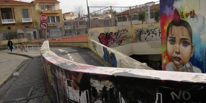 Pilier de l'économie chypriote, le secteur financier a été durement frappé par la crise grecque. L'Union européenne et le FMI préparent un plan d'aide. Ici, une rue de Nicosie le 26 janvier.