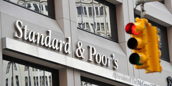 L'agence de notation a indiqué vendredi qu'elle ramenait sa note à long terme de l'UE de AAA à AA+.