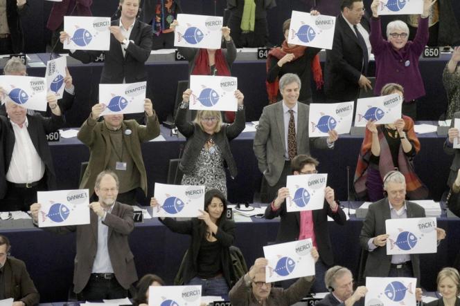 Des députés écologistes européens brandissent des pancartes