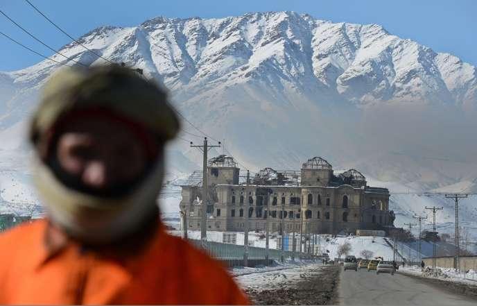 La corruption a une dimension sociale en Afghanistan, 68 % des Afghans considérant qu'il est normal pour un fonctionnaire d'accepter de petites sommes afin de compléter un trop faible salaire.  Quelque 67% des sondés trouvent acceptable que les recrutements dans la fonction publique se fassent sur des liens de parenté ou d'amitié.