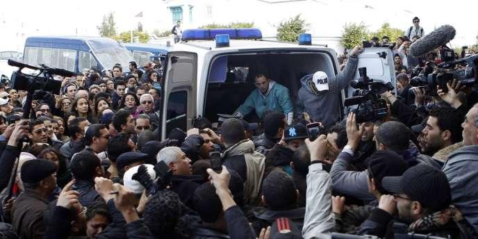 Le corps de Shokri Belaid, l'un des dirigeants de l'opposition laïque, est transportée dans une ambulance après avoir été blessé, à Tunis, le 6 février2013.