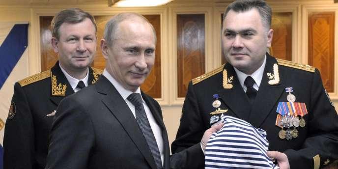 Vladimir Poutine entouré du commandant en chef de la marine, Victor Chirkov (à gauche) et du capitaine d'un croiseur à propulsion nucléaire, Vladislav Malakhovsky, sur la base navale de Severomorsk, le 10 janvier.