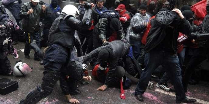 L'incident a eu lieu lors d'un face-à-face tendu avec les forces de l'ordre, qui essayaient empêcher les manifestants d'approcher du Parlement.
