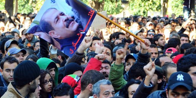 A Tunis, devant le ministère de l'intérieur, sur l'avenue Habib-Bourguiba, mercredi 6 février. L'émotion est considérable après l'assassinat de l'opposant Chokri Belaïd.