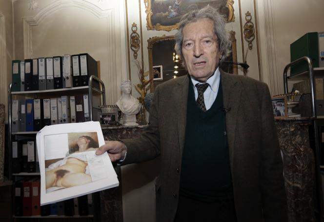 L'expert Jean-Jacques Fernier, avec des reproductions des deux tableaux attribués à Gustave Courbet, le 7 février 2013.