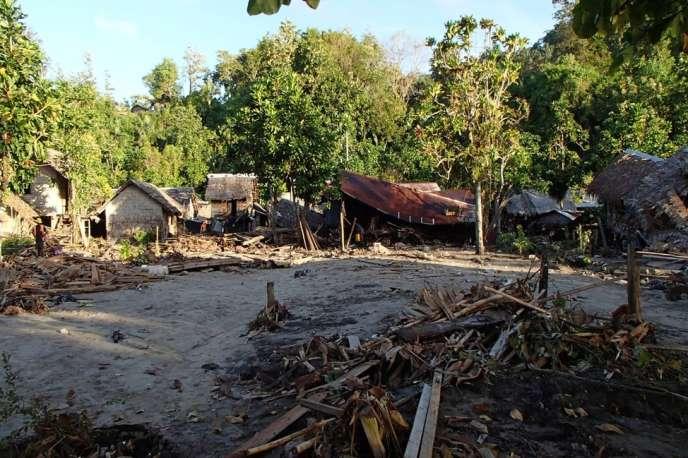 Des maisons partiellement détruites dans le village de Venga, aux îles Salomon, le 6 février.