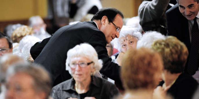 François Hollande, en visite dans une maison de retraite à Tulle, pendant la campagne présidentielle.