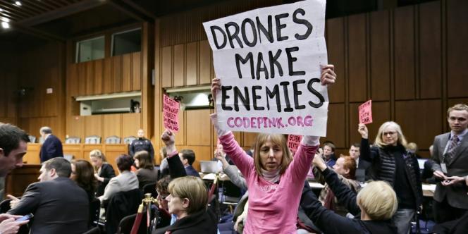 Des militants hostiles à l'usage des drones, pendant l'audition de John Brennan au Sénat, le 7 février.