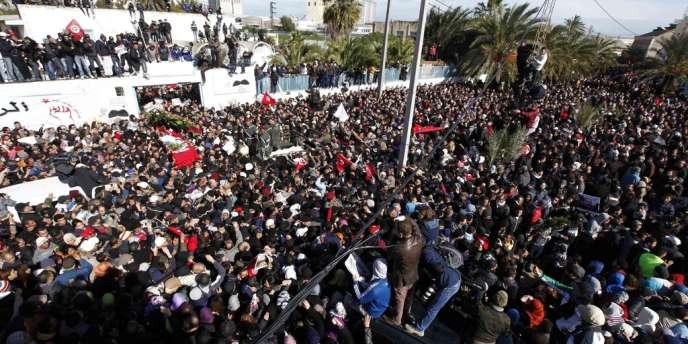 Marée humaine autour du cercueil de Chokri Belaïd, vendredi à Tunis.