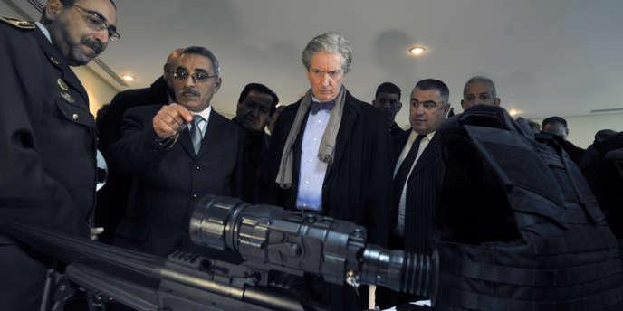 François Gouyette, ambassadeur de France à Tunis, inspecte les équipements de surveillance nocturne offerts par Paris pour contrôler les mouvements de djihadistes aux frontières, le 18 janvier.