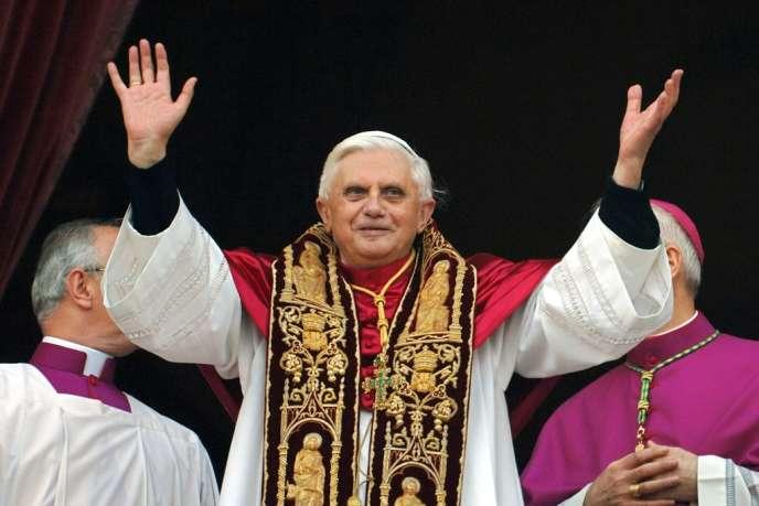 Le pape Benoît XVI lors de son élection le 19 avril 2005.