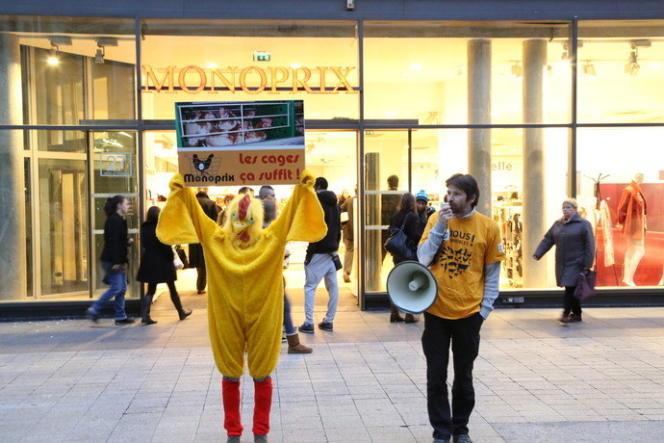 Action de l'association L214 devant un magasin Monoprix de Lyon, le 1er février 2013.