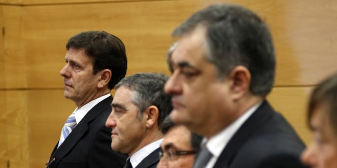 Les accusés devant le tribunal de Madrid, le 28 janvier. Au fond, le docteur Eufemiano Fuentes.