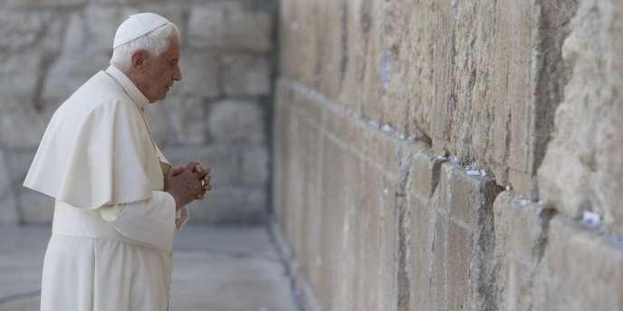 Le pape Benoît XVI devant le mur des lamentations, à Jérusalem, en 2009.