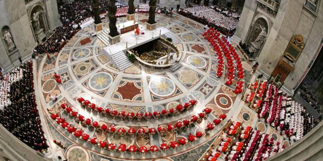 Le 18 avril, le cardinal Ratzinger célèbre la messe à la basilique Saint-Pierre qui ouvre le conclave.