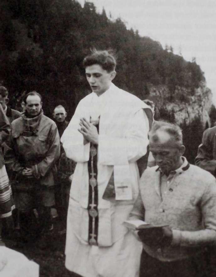 Eté 1952, Joseph Ratzinger célèbre une messe en plein air à Ruhpolding, en Bavière.