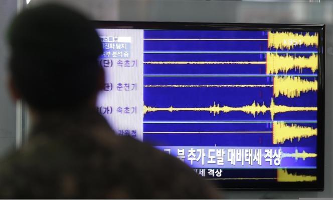 Dans une gare de Séoul (Corée du Sud), à la télévision, relevés d'un sismographe après l'essai nucléaire nord-coréen, mardi 12 février 2013.
