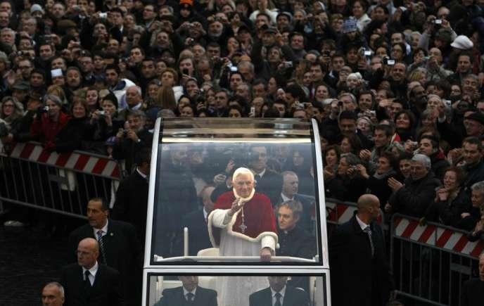 Le pape Benoît XVI, dans le centre de Rome, fin 2009.