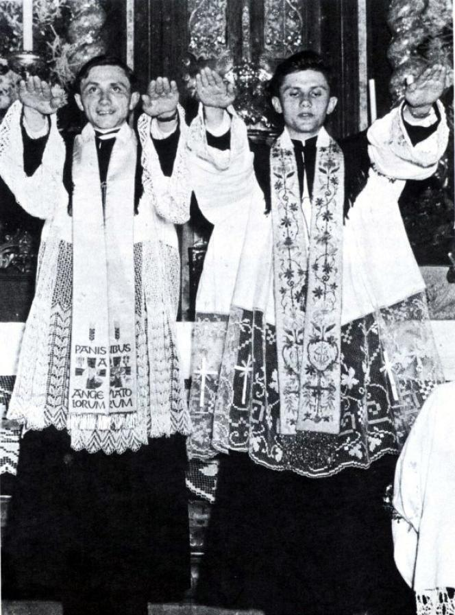 Le 29 juin 1951, Joseph Ratzinger (à droite) et son frère Georges sont tous deux ordonnés prêtres à Freysing, en Bavière.