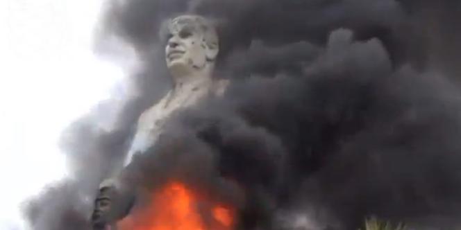 Une statue de Hafez Assad, père de Bachar Al-Assad, brûlée par des rebelles à Al-Raqqa.