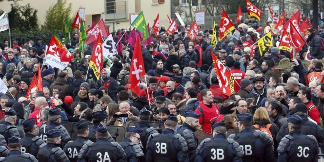 Les CRS bloquent des centaines de salariés de Goodyear venus manifester, mardi 12 février, devant le siège social du groupe en France, à Rueil-Malmaison (Hauts-de-Seine).