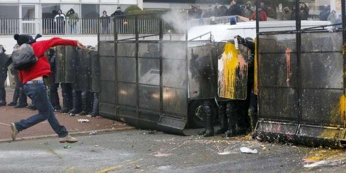 Certains manifestants ont lancé des fumigènes, des bouteilles et des œufs aux forces de police qui ont déployé des véhicules avec grille permettant de faire barrage et ont fait usage de gaz lacrymogènes.