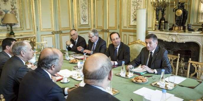 François Hollande et le général Benoît Puga à la réunion ministérielle sur la situation au Mali au Palais de l'Élysée.