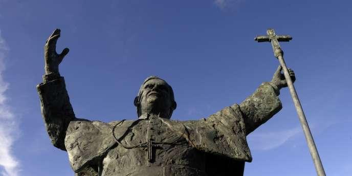 Une statue de Benoît XVI par le sculpteur Candido Pazos, à Saint-Jacques de Compostelle, en Espagne.