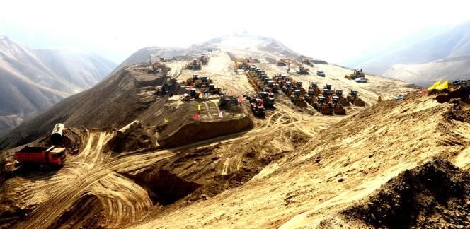 L'entreprise de BTP Pacific Construction Group dirige les travaux pharaoniques près de Lanzhou, dans la province Gansu : 700 sommets vont être littéralement pulvérisés pour faire surgir une nouvelle ville.