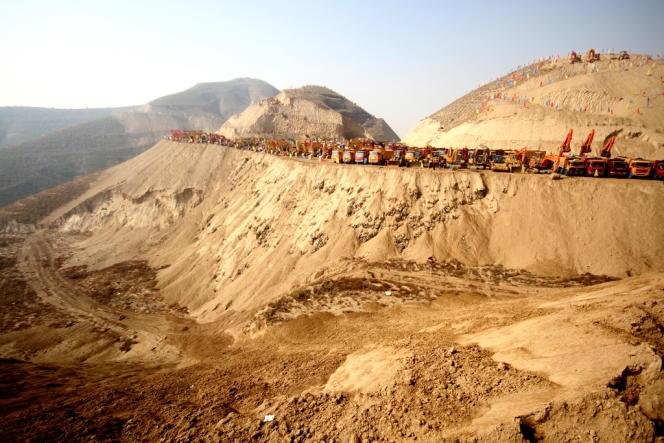 L'entreprise de BTP Pacific Construction Group dirige les travaux pharaoniques près de Lanzhou, dans la province Gansu : 700 sommets vont être littéralement pulvérisés pour faire surgir une nouvelle ville. Chaque jour, 100 000 m3 de terre sont déplacés et 600 engins, mobilisés.