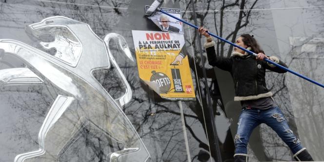 Mobilisation de salariés de PSA Peugeot-Citroën, devant le siège du groupe à Paris, mardi 12 février.
