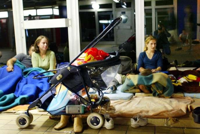 Des familles de demandeurs d'asile venues notamment de Tchétchénie, du Kosovo, dorment sur une passerelle de la gare Lyon-Perrache en 2002, faute de places en centre d'hébergement d'urgence.