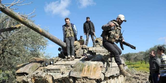 Un blindé soviétique abandonné par les forces de Bachar Al-Assad dans le nord de la Syrie.