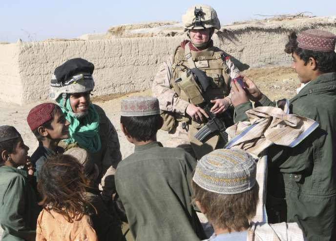Un interprète afghan avec un soldat américain, au contact avec la population afghane.