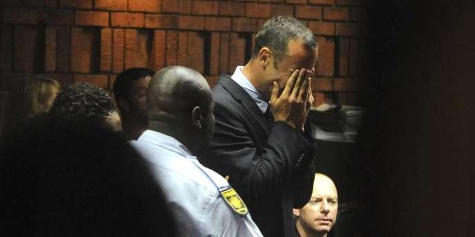 L'athlète paralympique sud-africain a fondu en larmes lors de l'audience du tribunal de Pretoria qui l'a formellement inculpé du meurtre de sa petite amie.