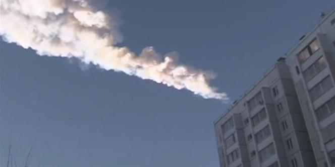 La trace laissée dans le ciel par l'une des météorites, dans le ciel de Tcheliabinsk.