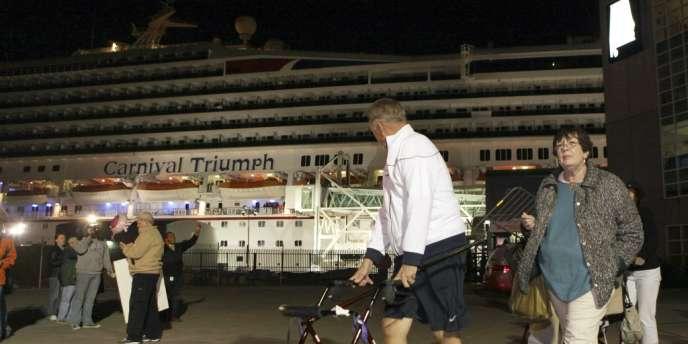 Une passagère a assuré à CNN que les 1 086 membres de l'équipage avaient fait le maximum pour pallier le manque de confort à bord.
