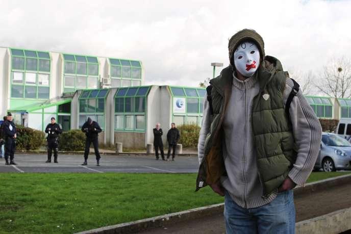 Un chômeur masqué pose, jeudi 14 février, devant l'agence Pôle emploi de Nantes, près de laquelle Djamal Chaab s'est immolé la veille.