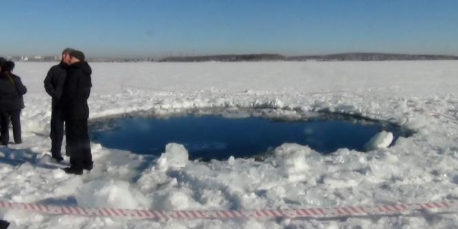 Le trou formé par une météorite sur le lac de Tcherbakoul, près de Tcheliabinsk, le 15 février.