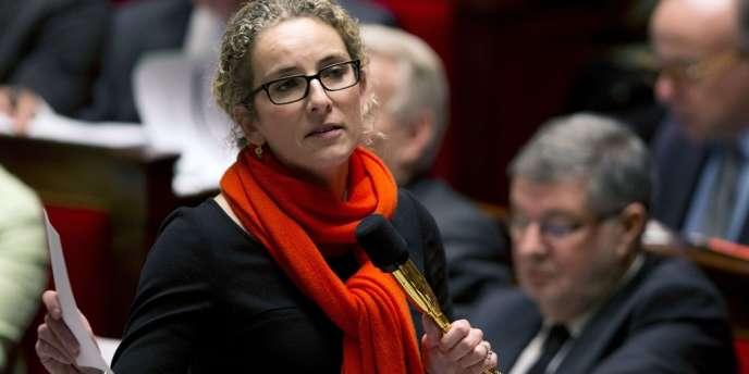 La ministre française de l'écologie Delphine Batho a déploré dimanche 17 février le feu vert de l'UE au retour des farines animales pour nourrir les poissons.